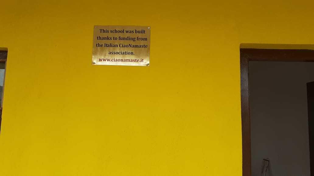 La-targa-affissa-all'entrata-della-Bhagawati-School