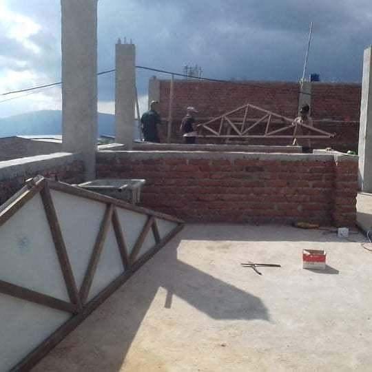 Ci si innalza per posizionare il tetto