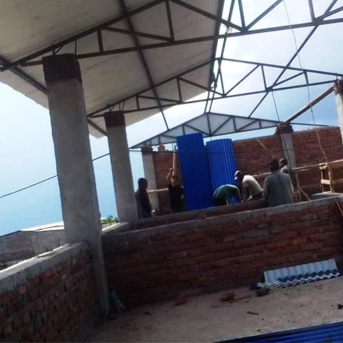 Si posizionano le prime lamiere del tetto - Bhagawati School