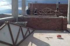Si preparano le capriate - Bhagawati School