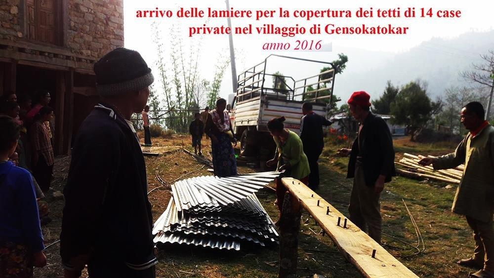 Arrivo-delle-lamiere-per-la-copertura-dei-tetti-di-14-case-private-nel-villaggio-di-Gensokatokar