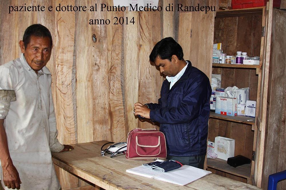 Punto medico Randepu Dottore e paziente CiaoNamastè Nepal